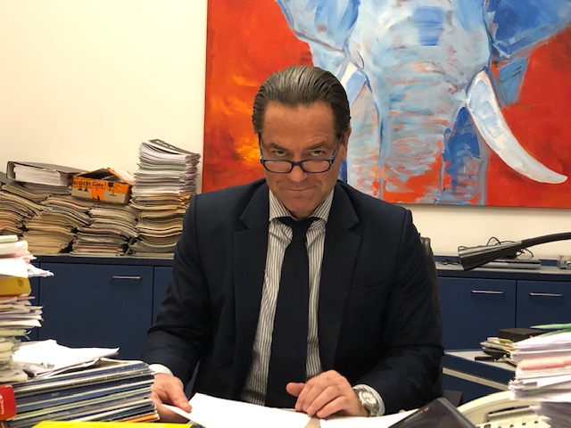 Rechtsanwalt schaut mit seiner Leserbrille in die Kamera - Dr. Andreas Oehler in 1070 Wien
